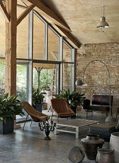 rustikales Wohnzimmer Boden Decke Fenster Natursteinwand