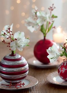 bolinhas de Natal saíram da árvore e se transformaram em delicados vasinhos