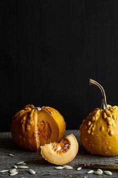 pumpkins for halloween - beautiful styling - eat Fruit And Veg, Fruits And Veggies, Dark Food Photography, Photography Photos, Vegetables Photography, Black Food, Eating Raw, Pumpkin Recipes, Raw Food Recipes