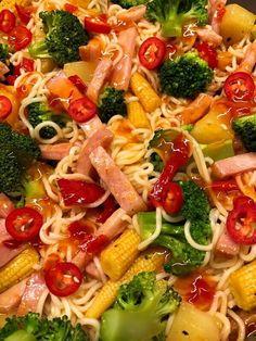 Kasslerwok med nudlar Wok, Pasta Salad, Broccoli, Noodles, Food And Drink, Ethnic Recipes, Tips, Beautiful, Crab Pasta Salad