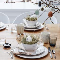 Tischgedeck für den Ostertisch in Naturtönen