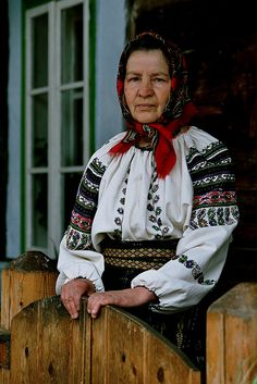 Europe - MOLDVAI CSÁNGÓ Roumanie Romania România Románia by RURO photography, via Flickr Beautiful Soul, Beautiful People, Romania People, European Costumes, Visit Romania, Art Populaire, Ethnic Dress, Folk Costume, Eastern Europe