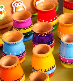 Place brightly colored pots throughout your garden for a splash of color in drab areas. Bottle Painting, Bottle Art, Bottle Crafts, Pottery Painting Designs, Pottery Designs, Pottery Art, Painted Flower Pots, Painted Pots, Diy Diwali Decorations