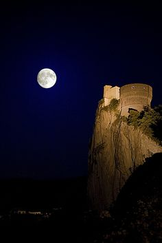"""San Leo, Rimini, Italy ♥¸¸.•*´¯`♥☾The same ole' moon shining down on me, is watching over you...just look up at the light, that shines everynight, watchin' over you...It always helps me through☽♥¸¸.•*´¯`♥ ~ How to Tell Whether the Moon Is Waxing or Waning ~ http://www.wikihow.com/Tell-Whether-the-Moon-Is-Waxing-or-Waning ~ »-(¯`v´¯)-»♥.¸.•*(¸.•*´""""For the moon never beams without bringing me dreams."""" - Edgar Allan Poe - """"Annabel Lee""""»-(¯`v´¯)-»`*•.¸)`*•.¸♥"""