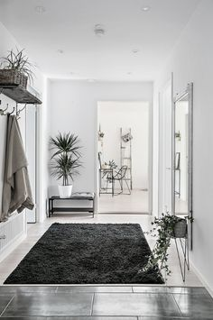 Check out this collection of interior designs featuring 18 Outstanding Scandinavian Entry Hall Designs For A Comfortable Welcome. Big Living Rooms, Decor Home Living Room, Home And Living, Living Spaces, Home Decor, Design Hall, Flur Design, House Of Turquoise, Black And White Interior