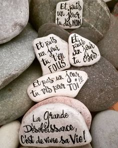 Des mots, des phrases qui font du bien Calligraphie sur galets à l'encre de chine. #carinecreation65 #calligraphy #petitdessin #artistwork #dotwork #delacouleurpleinlatete #galet #cailloux #piedras #plume #decozen #deconature #yogadecor #decosalon #petitscailloux #decosympa #arttherapie #stone #blanc #noir #encredechine #motpositif #imagination #lumière #liberté #bienetre