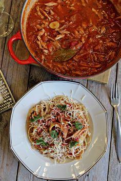 Suroviny: -1,5 kg horních kuřecích stehen -2 lžíce olivového oleje -1 většícibule -2 stroužky česneku -150 ml suchého bílého vína -700 g rajčatové omáčky (sugo, passata, drcená rajčata apod.Já jsem... Spaghetti, Ethnic Recipes, Image, Food, Sweet, Essen, Meals, Yemek, Noodle