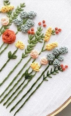 Hand Embroidery Videos, Embroidery Stitches Tutorial, Embroidery Flowers Pattern, Simple Embroidery, Embroidery Patterns Free, Silk Ribbon Embroidery, Embroidery Hoop Art, Hand Embroidery Designs, Crewel Embroidery