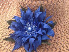 Fiore in pelle ovina, lavorato a mano, decorato con cristalli. Da utilizzare come spilla o come decoro per capelli.