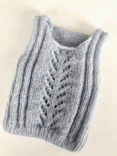 Ravelry: babytop med hulmønster pattern by Pia Trans Knitting For Kids, Baby Knitting Patterns, Knitting Designs, Baby Boy Blankets, Knitted Baby Blankets, Knit Vest Pattern, Crochet Pattern, Brei Baby, Crochet Baby