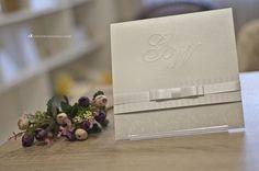 Composição de elementos delicados emprestam charme a este convite de casamento.