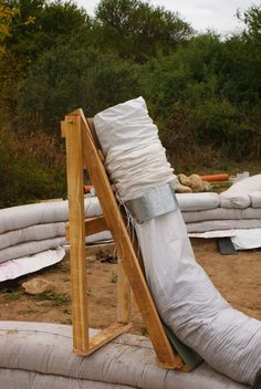 Soporte para llenar bolsas agricolas en construcciones de tierra  //  Stand for earth filling on earthbag constructions