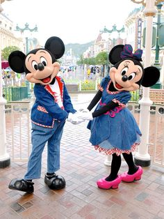 Mickey & Minnie are just too cute while they hold hands together Mickey Mouse Toys, Disney Mickey Mouse, Disney Dream, Disney Magic, Parc Disneyland Paris, Disney World Characters, Cute Disney Pictures, Disney Parks, Walt Disney