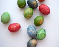 """krásné Velikonoční pondělí Všem! ☺ letos jsem si s barvením vajíček zažila hodně srandy a snad už jsem se opravdu ponaučila, že přírodní barvení není nic pro mě (ještě nikdy mi ty barvy nechytly tak hezky jako všem tady na těch internetech, vlastně mi kromě cibule nechytaj skoro vůbec, začínám si myslet, že je to snad nějaká kolektivní lež 😄😄) to, že ty vejce vypadají tak, jak vypadají, nebyl úplně záměr, ale nakonec jsou aspoň """"zajímavý""""'... 😂 #velikonoce #vajicka #eastereggs Easter Eggs, Food, Meal, Eten, Meals"""