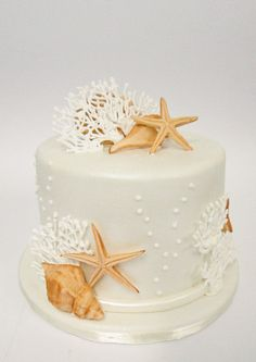 Beach Wedding cakes decorated with seashells, starfish, tropical flowers, modern toppers. Plus unique trends like beach wedding cupcakes & petite cakes. Beach Themed Cakes, Themed Wedding Cakes, Wedding Cake Decorations, Beach Themed Desserts, Theme Cakes, Themed Weddings, Beautiful Cakes, Amazing Cakes, Beautiful Beach