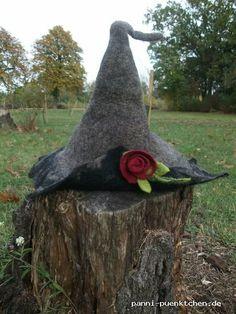 Halloween Hexenhut aus Filz mit Rosenbrosche
