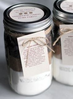 This mason jar cookie mix is super easy and makes such a unique gift! Mason Jar Desserts, Mason Jar Cookies, Mason Jar Meals, Meals In A Jar, Mini Desserts, Mason Jar Sizes, Pint Mason Jars, Jar Packaging, Cookie Packaging