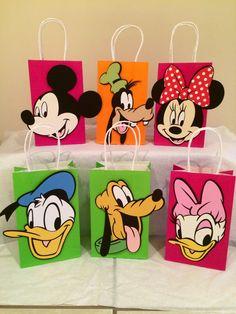 6 disney Mickey, minnie, Daisy, Donald, goofy y Pluto favor bolsos con la manija. Mickey Mouse Birthday Decorations, Mickey 1st Birthdays, Mickey Mouse Clubhouse Birthday Party, Mickey Mouse 1st Birthday, Mickey Mouse Parties, Mickey Party, Photos Mickey Mouse, Fiesta Mickey Mouse, Mickey Minnie Mouse