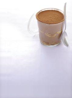 Un dolce ricco di crema di nocciole che, senza utilizzare latte, burro e zucchero, è una prelibatezza tutta naturale. L'utilizzo del caffè di cereali rende questa ricetta adatta anche ai bambini, in alternativa al notissimo tiramisù