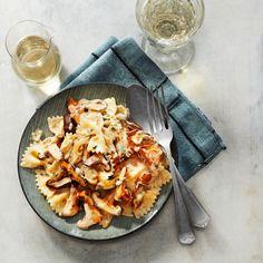 Voeg eerst de wijn toe, maak daarna de saus romig en roer tot de kaas gesmolten is. #pasta #paddenstoelen #JumboSupermarkten