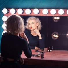 Беспроигрышный вариант- поставить модель перед гримёрным или любым другим зеркалом! Девушка оживает и выдает шикарный результат✨