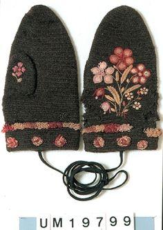 Nalbound mittens, Uddevalla, Sweden. Estimated time of use 1870-1920. Length 24 cm, width 12 cm.
