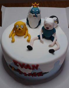 Gâteau Adventure Time Jake le chien, Finn l'humain, le Roi des Glaces, Gunther le Pingouin les principaux protagonistes sont ici représenté. Le gâteau lui est composé d'une génoise chocolat et de ganache chocolat. L'ensemble est recouvert de pâte à sucre...