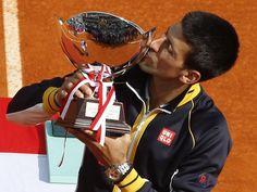 Nach dem Sieg im Finale des Turniers von Monte Carlo vertieft Novak Djokovic sein inniges Verhältnis zu Tennis-Pokalen. (Foto: Guillaume Horcajuelo/dpa)