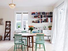 Cozinha escandinava com cadeiras coloridas