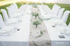 Chemin de table beige, simplicité des fleurs: gypsophile et branche d'olivier