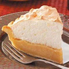 Maple Cream Meringue Pie Recipe -This dessert won first place in the pie category at the annual Vermont Maple Festival. It's simple to make and uses more maple syrup than most other maple cream pies. Köstliche Desserts, Delicious Desserts, Dessert Recipes, Plated Desserts, Pie Recipes, Cooking Recipes, Maple Syrup Recipes, Meringue Pie, Brownie