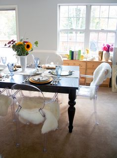 """Old school traditional dining table with new school untraditional plastic Louis """"ghost"""" chairs. Such a cool juxtaposition."""