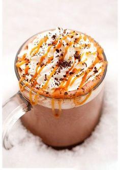 Caramel beurre salé Ingrédients 125 ml de sauce au caramel 500 ml de lait 60 ml de chocolat en morceaux de la crème fraîche et quelques marshmallows