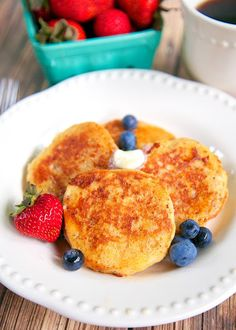 Biscuit French Toast – Plain Chicken Biscuit French Toast Recipe – day old biscuits soaked in eggs, milk, and cinnamon, then grilled. Serve with syrup and fresh berries for a delicious breakfast! Great way to use up leftover biscuits! Breakfast Biscuits, Breakfast Pastries, What's For Breakfast, Savory Breakfast, Brunch Recipes, Breakfast Recipes, Brunch Foods, Yummy Recipes, Goodies