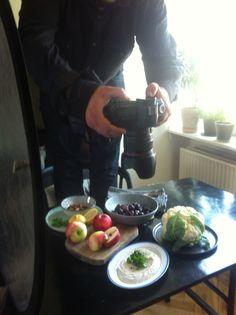 Ristet blomkål m. æble, dadler ogrøgede mandler med tahindressing.