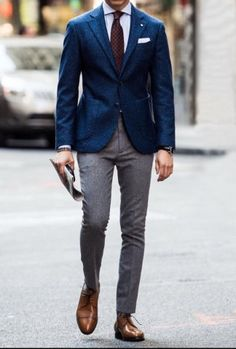 How To Mix Pants & Jackets The RIGHT Way – MANNER The old paradigm of never mixing a pair of suit pants with the jacket of another suit is dead and buried. The only exception to this is when some guys still think that all black clothing is the sa… Blue Blazer Outfit Men, Blazer Outfits Men, Mens Fashion Blazer, Suit Fashion, Look Fashion, Blue Outfits, Casual Outfits, Mens Casual Suits, Mens Suits