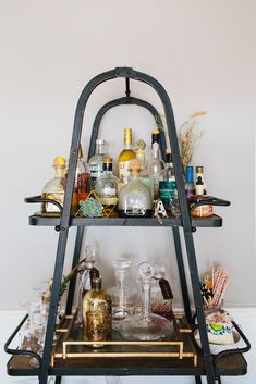Want to add a bar cart to your home but don't know where to start? You've come to the right place! Bar carts are a huge trend that we are certainly on board with, but it can be hard to find out exactly what to add to your bar cart or how to even start… Home Bar Decor, Bar Cart Decor, Kitchen Decor, Bandeja Bar, Mid Century Bar, Bar Cart Styling, Bar Shelves, Small Bars, Vintage Bar