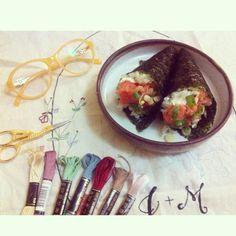 Da série #bordadogourmet hoje teve temaki e bordado exclusivo de um noivado muito especial ✂️ #clubedobordado #embroidery #japanisefood #brasil #japan #bordado #handmade #handembroidery #flowembroidery #glasses #scissor