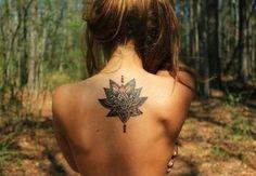 Tatuaggio fior di loto sulla schiena