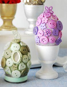 To jest pomysł! Posmaruj jajka klejem. Daj dzieciom do zabawy po śniadaniu. Okruchy  znikną, pisanki się pojawią:-)