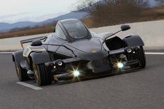 スペインの小さな自動車メーカー「a.d. Tramontana」によって作られたスーパーカー「Tramontana R Edition」が発表されました。F1マシンのようなユニークなデザインで、ラ