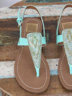 Sandalias con adornos de color turquesa y pulsera