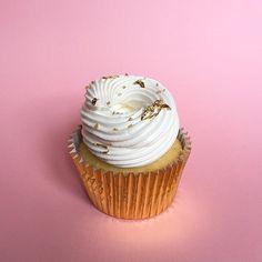 • Lemon Pie Cupcake •   Pedidos  contacto@kekukis.com.ar #lemonpie #lemon #cupcake #goldleaf #pastry #pasteleria #bake #bakery #bsas #buenosaires #design #food #foodie #foodstyling #sweet #love #instapic #instafood