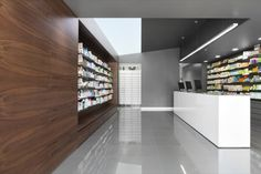 Farmacia Campos e Salvador Lda e 348 Povoa de Varzim: I most love this recessed shopfitting unit.. simple and functional... can be applied to most services in retail