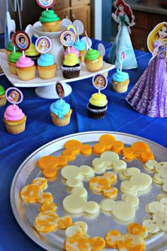 Throw a party inspired by the Happiest Place on Earth with these Disneyland Food Ideas! Adult Disney Party, Disney Party Foods, Disney Themed Food, Disney Inspired Food, Disney Food, Disney Parties, Walt Disney, Disney World Birthday, Disneyland Birthday