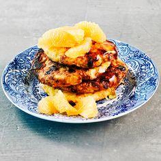 Mehevät raejuustoletut on nopea valmistaa. Taikinaa ei tarvitse turvottaa vaan ainekset sekoitetaan keskenään. Ne sopivat niin makeiden kuin suolaisten lisäkkeiden kanssa tarjottavaksi. Tämäkin laktoositon resepti vain noin 1,30 €/annos*. Salmon Burgers, I Foods, Food To Make, Healthy Recipes, Healthy Food, Waffles, Goodies, Veggies, Sweets