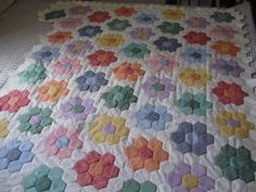MI RINCON: EL JARDIN DE LA ABUELA Hexagon Quilt Pattern, Quilt Patterns, Sewing Projects, Projects To Try, Diy And Crafts, Arts And Crafts, English Paper Piecing, Hot Pads, Patches