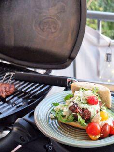 30 Minuten Küche: Burger auf griechische Art    #weber #webergrill #bbq #burger #weberrecipe #beef #grillingrecipes #greek #rindfleisch Food Blogs, Sour Cream, Feta, Bbq Burger, Cheeseburger, Foodblogger, Griddle Pan, Perfect Grill, Grill Pan