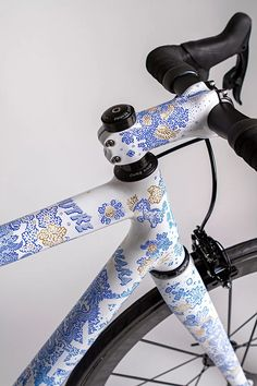 festka produces bespoke porcelain spectre bicycle with gold accents Bicycle Paint Job, Bicycle Painting, Des Accents D'or, Gold Accents, Velo Design, Bicycle Design, Fixed Gear Bicycle, Cruiser Bicycle, Trike Bicycle