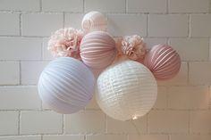 Idées cadeau déco pour Noël, ou pour un cadeau de naissance - Kit de lampions LOUISE accrochés au mur www.sous-le-lampion.com || Deco christmas gift idea, girl babyshower gift - Pastel paper lanterns for a nursery !